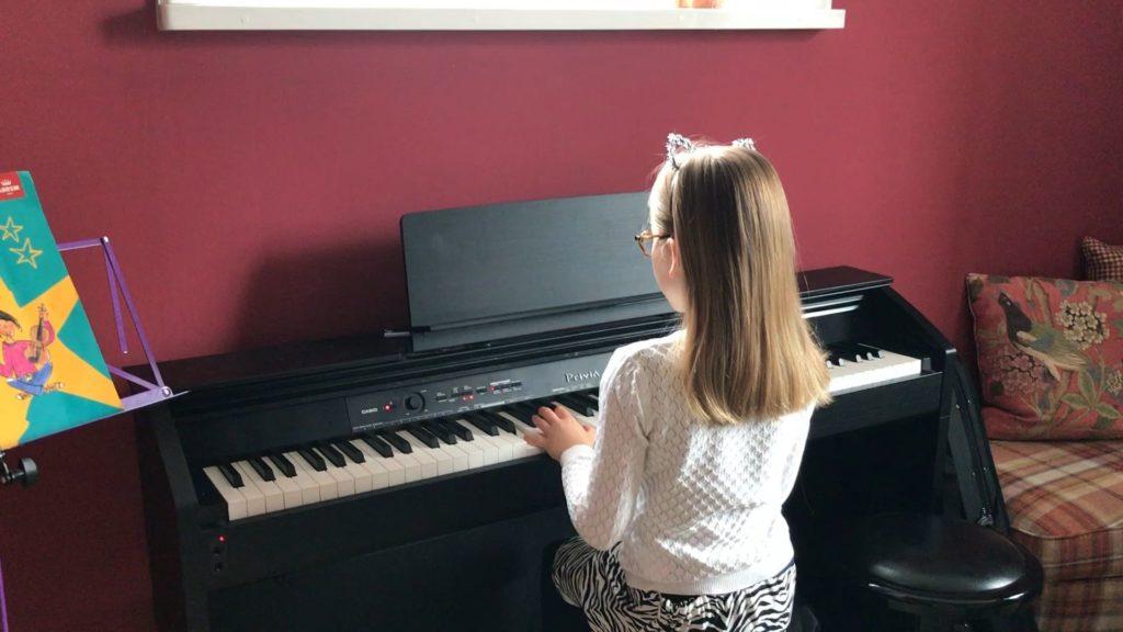 "Amalia Erlandsson spelar ""Rosa Pantern"""