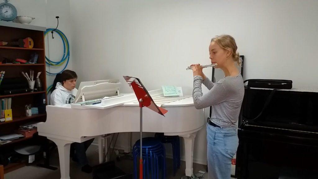 Anna Uddenberg spelar Sicilienne av M T Paradis (med Didrik Naversten) och Monolog av Erland v Koch (solo)