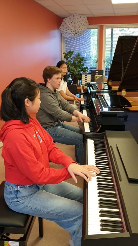 Jessica Lin, Didrik Naversten och Isabella Yao spelar Bachs Gigue i B-dur i trippeltandem!