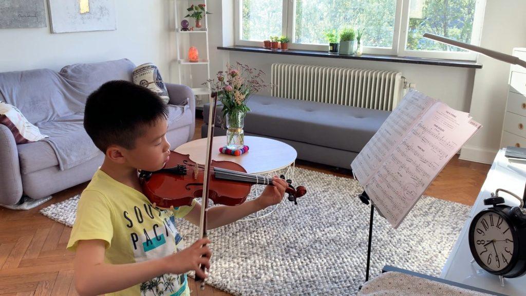 Eddie Tsai spelar ett fiolstycke