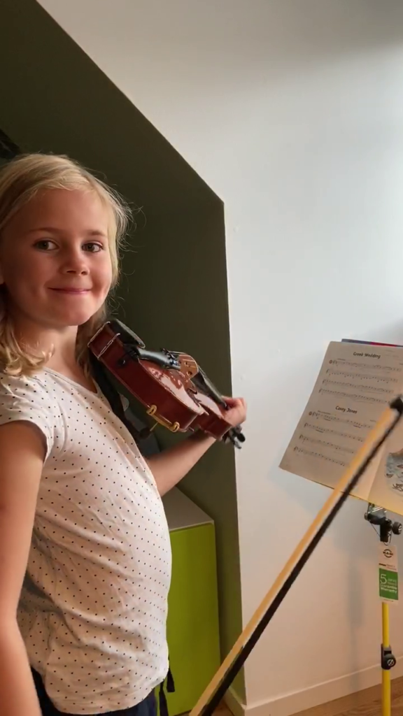Freya Juliusdottir spelar ett fiolstycke