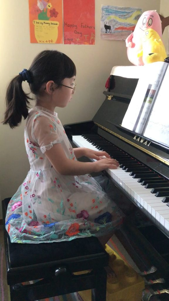 Freya Xintian Niu spelar flera pianostycken