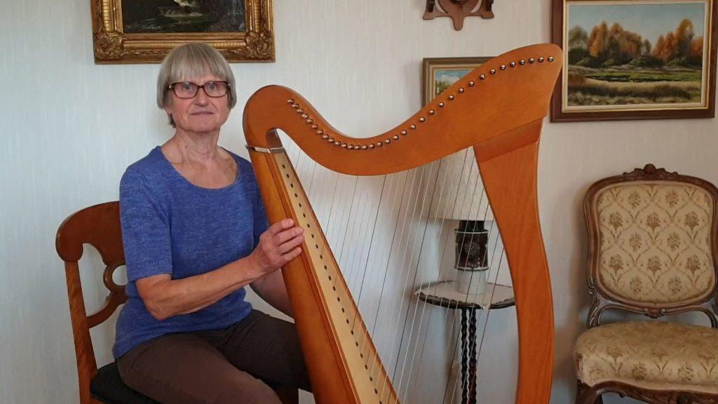 "Gertrud Fors gratulerar med ""Princess Polka"" (harpa)"