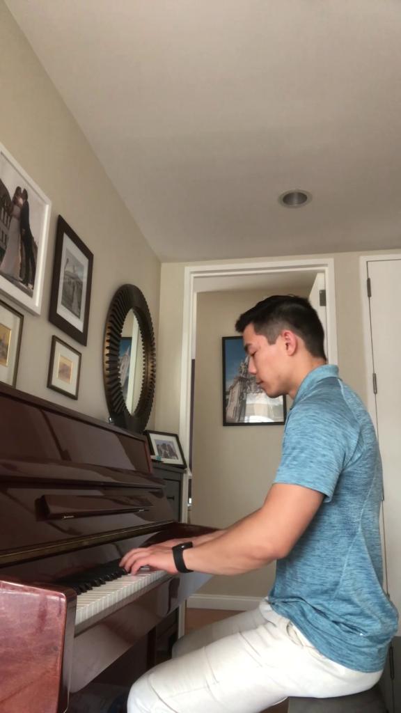 Henry Xie, New York spelar Bach på piano och gitarr!