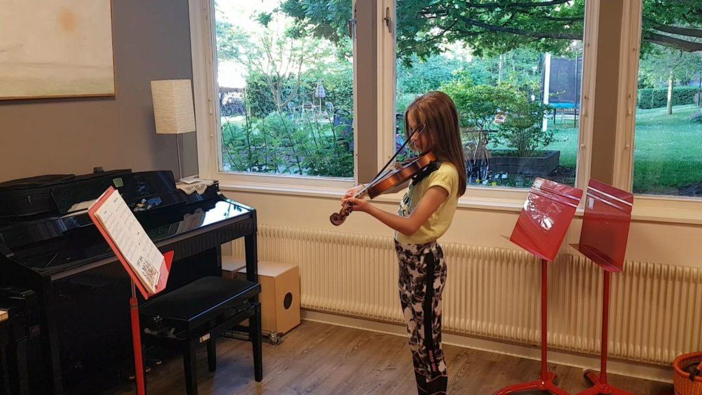 Karoline Rützler spelar Mr. Kool på Fiol :)