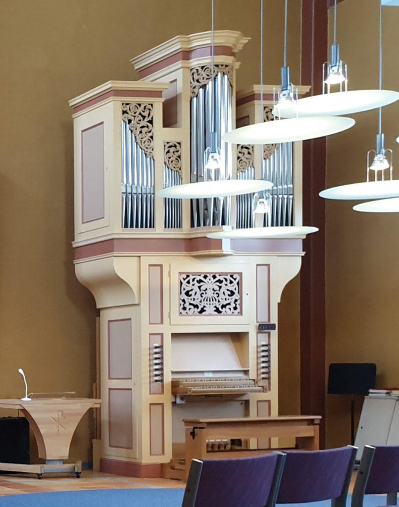 Makiko Nakamura-Ottosson gratulerar med ett foto av orgeln i Maria Magdalena Kyrka (foto)