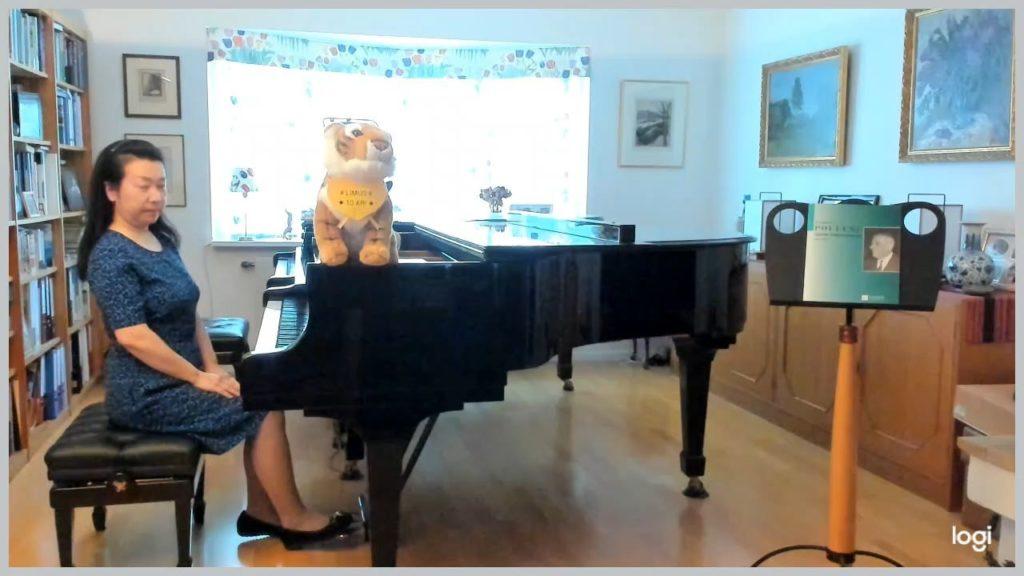 "Mariko spelar ""Hommage à Schubert"" av Francis Poulenc"