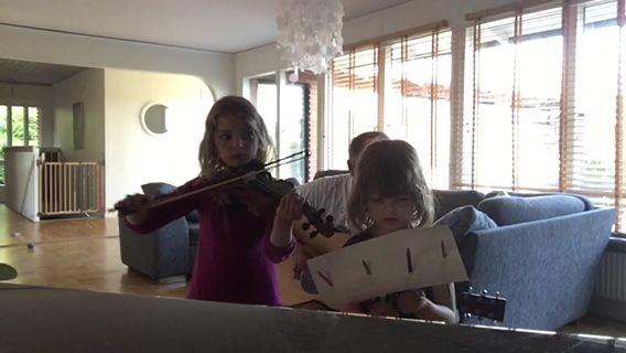 Marion & Laura Hakacova med familj hälsar grattis