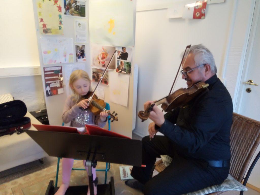 Martha Schlandt spelar fiol, 2020 (foto)