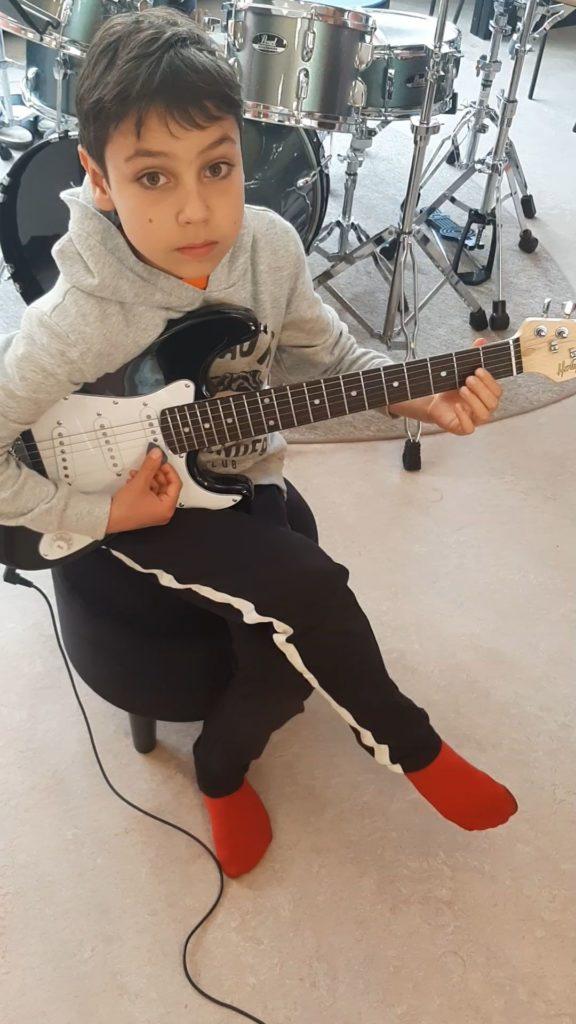 """Mikail Kamal Makili-Aliyev spelar """"Happy Birthday"""" (elgitarr)"""