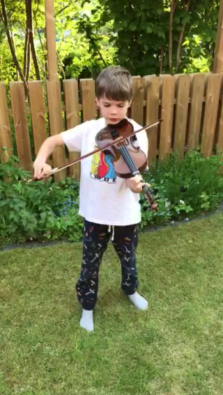 Johan Hardion spelar fiol och gratulerar