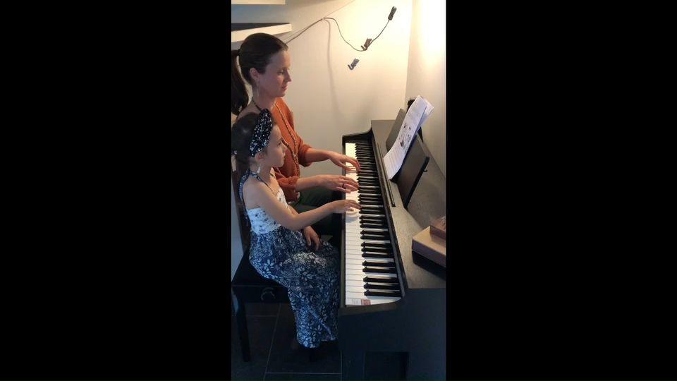 Sofia och mamma Lisa Padilla spelar Yankee doodle (pianoduett)